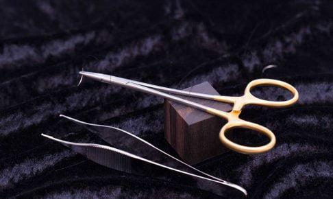 持針器とピンセット