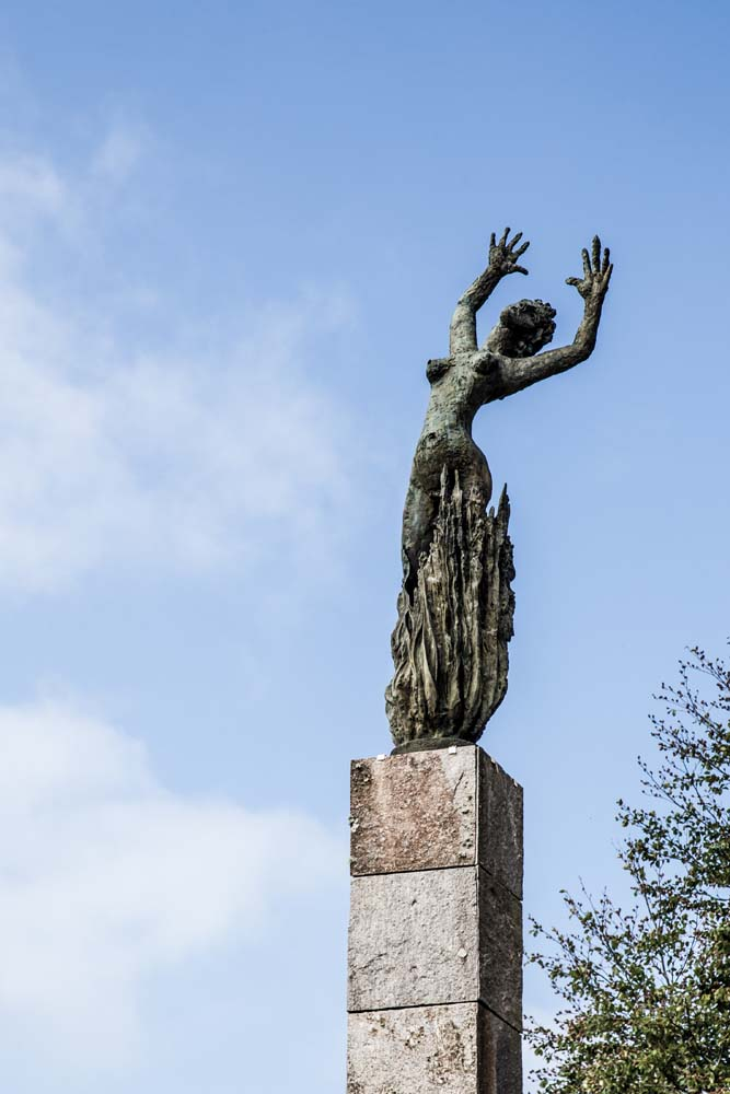 新しいオラドゥールの街の入口に立つ像。炎に焼かれる女性が天を仰いでいる