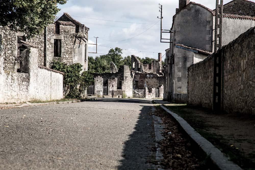 オラドゥール=シュル=グラヌの道路。視線を落とすと不思議と生活感を感じ、当時を思う