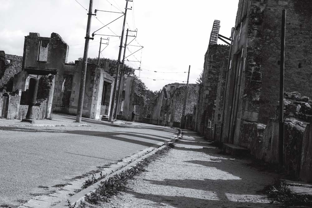 オラドゥール=シュル=グラヌの電柱と電線の存在が、最近のものであることを感じさせる。古代遺跡ではないのだ