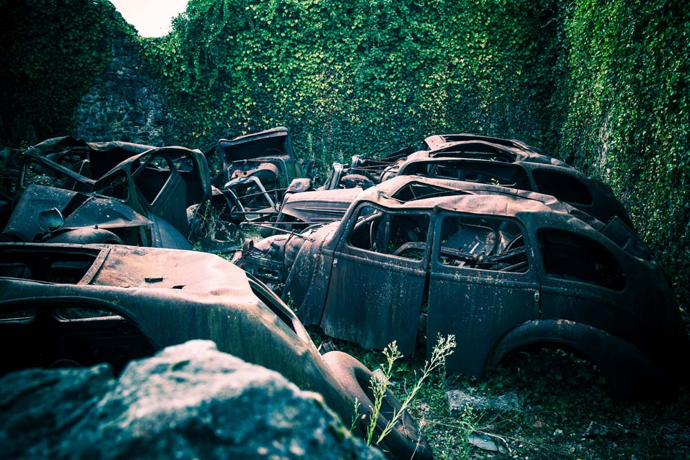 オラドゥール=シュル=グラヌ。わずかに残された数台の自動車に魂を感じる