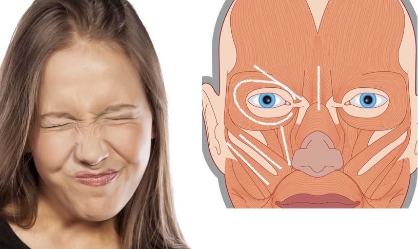 険しい表情の女性の写真