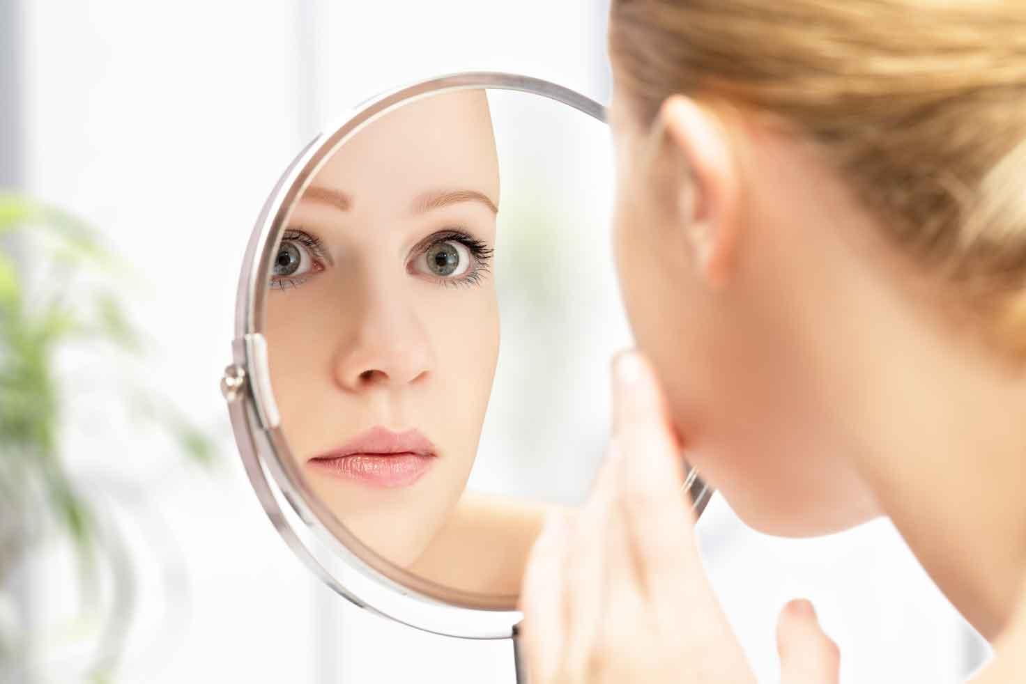 鏡で眼瞼下垂のセルフチェック