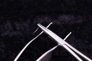 針を持つ持針器