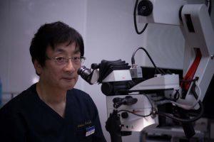 酒井先生と顕微鏡