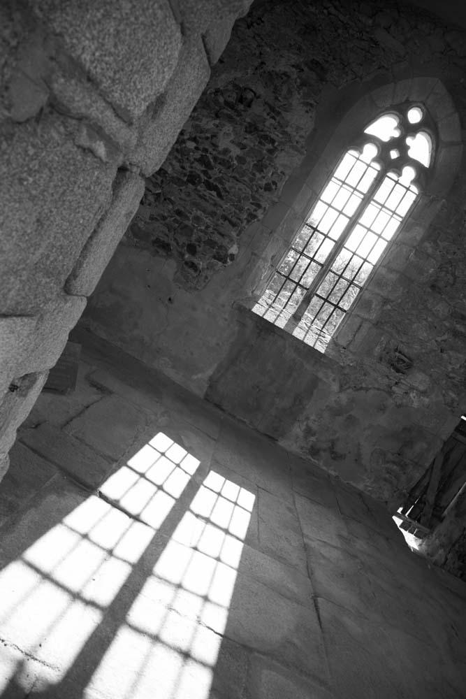 オラドゥール=シュル=グラヌの教会に差し込む陽。壁には銃弾の痕が無数にある